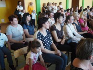 siedzące dzieci i rodzice