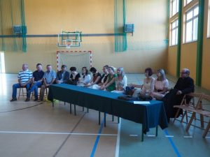 nauczyciele i goście przy stole