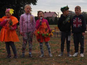 dzieci stoją