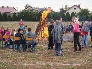 uczestnicy przy ognisku