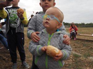 chłopiec je bułkę