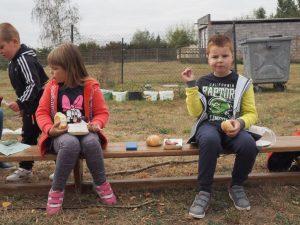 dzieci na ławeczce