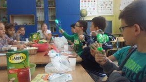 dzieci w klasie bawią się