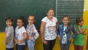 dziewczyny przy tablicy