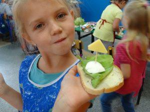 dzieci robią kanapki