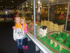 dzieci na tle lego