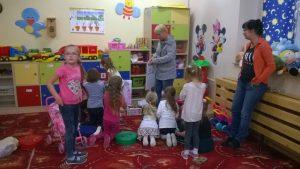 dzieci rozpakowują zabawki