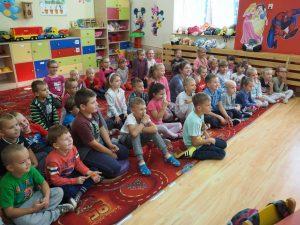 dzieci słuchają policjanta