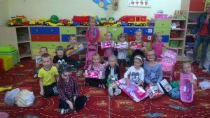 dzieci z zabawkami