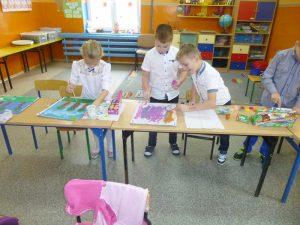 dzieci w trakcie malowania