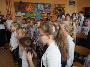 uczniowie ogladający