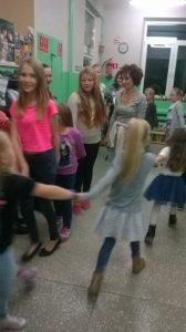 tańczą dziewczyny