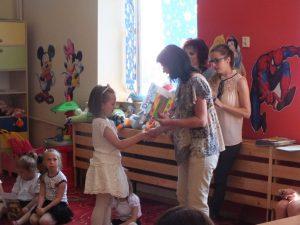 dyplom i nagroda dla dziewczynki