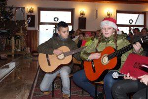 dzieci graja na gitarach